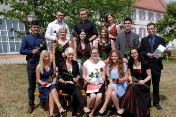 Kevin Schäfer (rechts) und die neuen Gesellinnen und Gesellen der Berufsschulklasse 12b der Carl-Benz-Schule Koblenz (Fotohinweis: Foto Stepan).