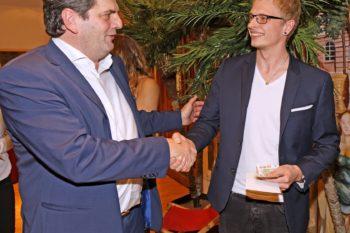 SWAV-Geschäftsführer Peter Kupczyk gratuliert Julian Wischniowski zum Bundessieg. (Fotohinweis: ONUK Bernhard Schmitt)