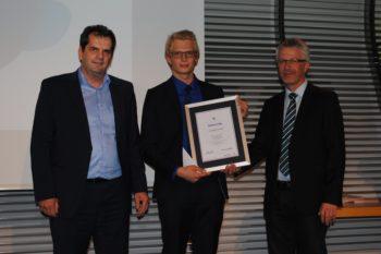Julian Wischniowski (Mitte) wurde von Peter Kupczyk (links), Geschäftsführer der Augenoptiker-Innung Baden-Württemberg, und Matthias Müller für das beste Gesamter-gebnis in der Gesellenprüfung in Baden-Württemberg ausge-zeichnet.