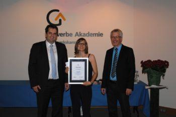 In der Gewerbeakademie Freiburg erhielt Evelyn Schweigert eine Auszeichnung durch Peter Kupczyk, Geschäftsführer der Augenoptiker-Innung Baden-Württemberg, (links) und Matthias Müller.