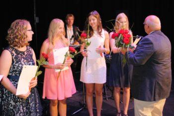 Rosenübergabe bei der ersten Freisprechungsfeier in Kirchheimbolanden
