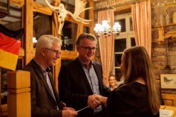 Matthias Müller (links) und Dirk Schäfermeyer (Zentralverband der Augenoptiker und Optometristen) gratulieren; Bildhinweis: Fred McFar