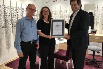 Peter Kupczyk (rechts) überreicht Andrea und Dietmar Steck eine Urkunde zum 30-jährigen Jubiläum (Fotohin-weis: privat).