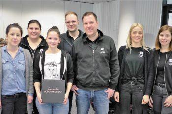 Madeleine Weisser (3.v.l.) freut sich sichtlich über ihren Gewinn. Mit dabei (v.l.n.r.): Eva-Maria Ullmer, Nadine Breier, Frederik Presch, Christian Sickel, Lisa Kary und Janina Tubeto. (Bild: SWAV)