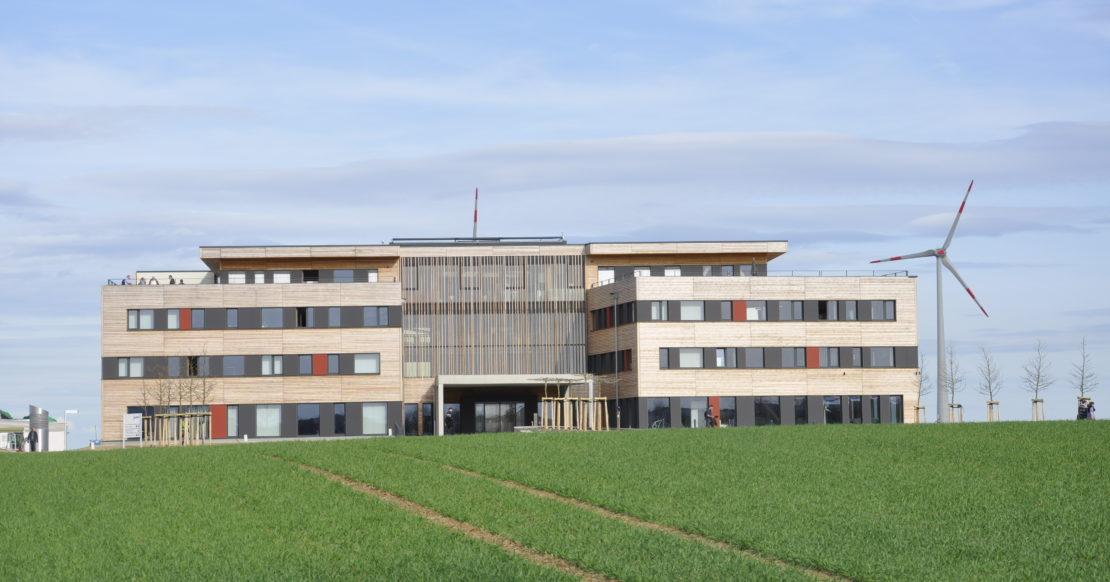 Zentralgebäude_Westansicht_Quer_Brüne04.J