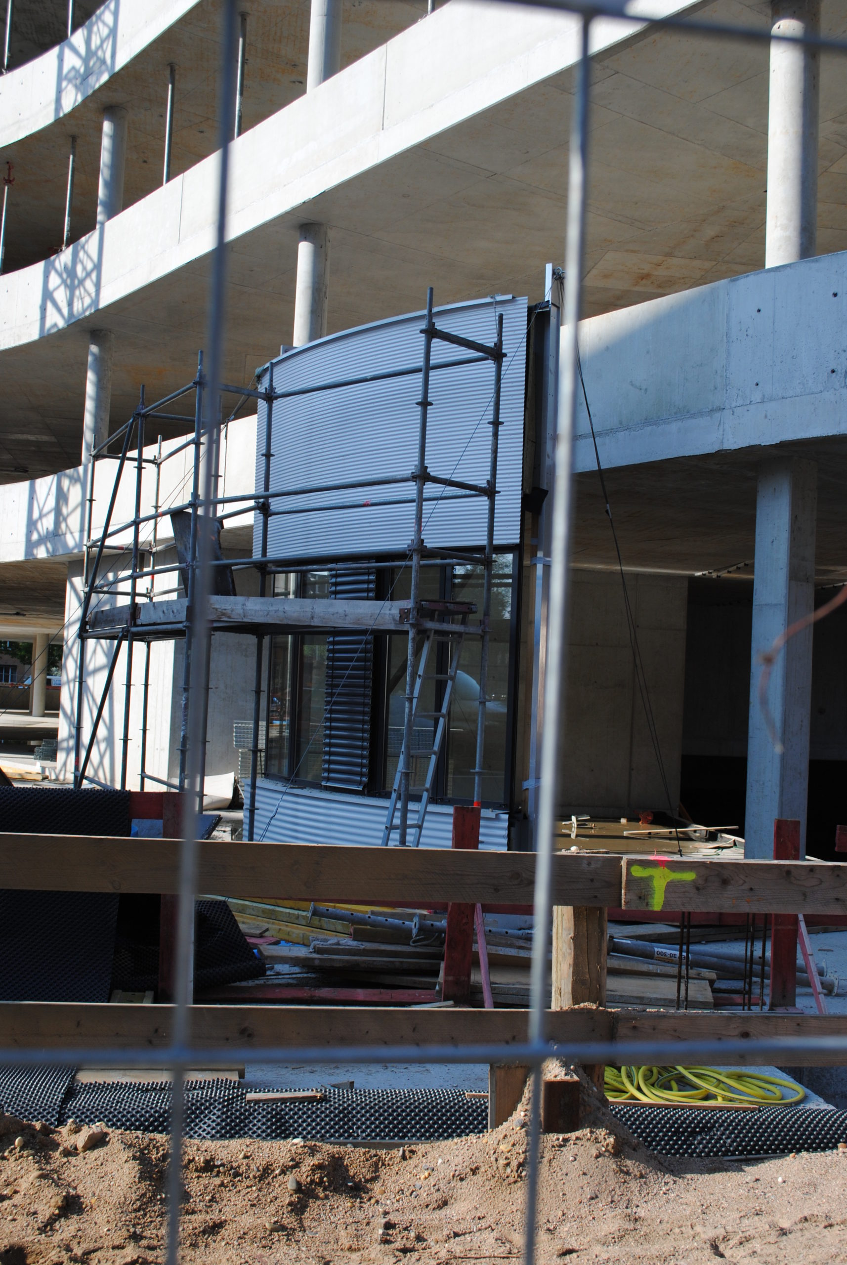 Das Synus-Gebäude im Bau - erste Fassadenarbeiten