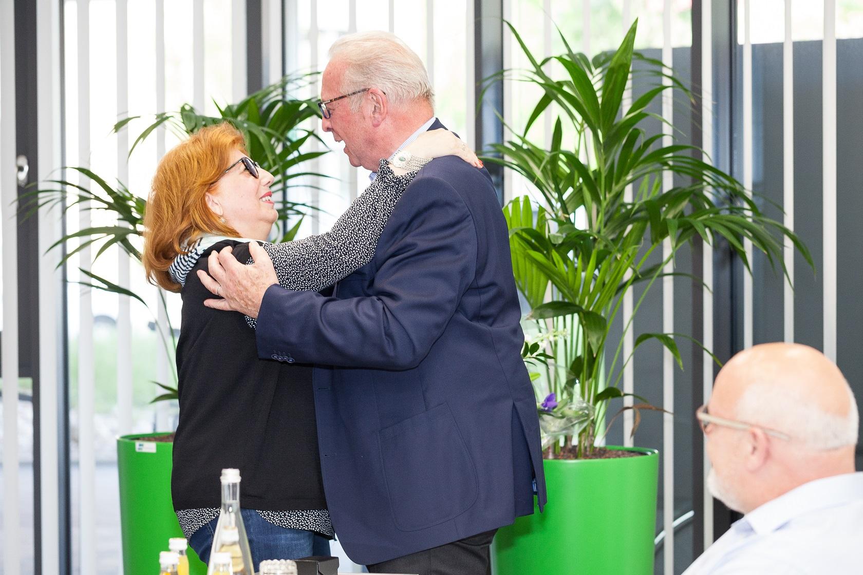 Dieter Mollenkopf umarmt Gabriele Umlauf