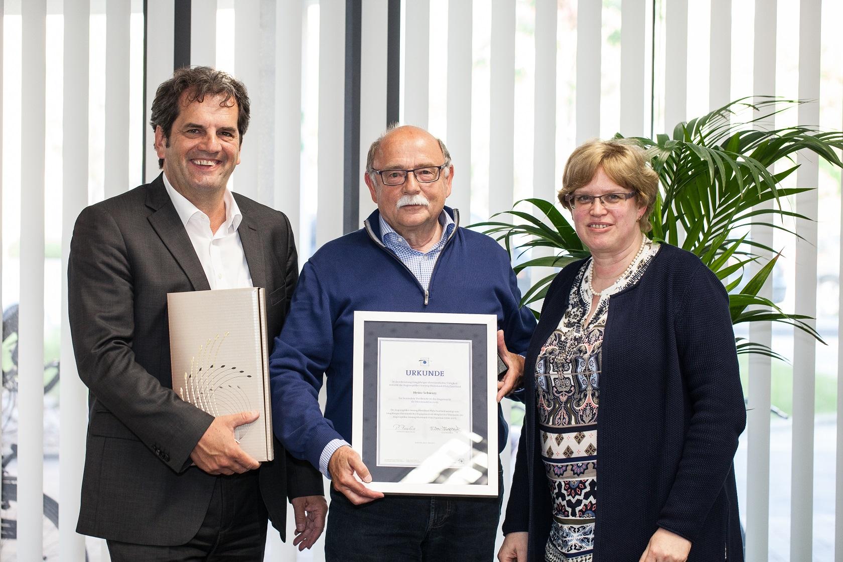 Ehrenurkunde und Auszeichnung für jahrzehntelange Tätigkeit im Vorstand