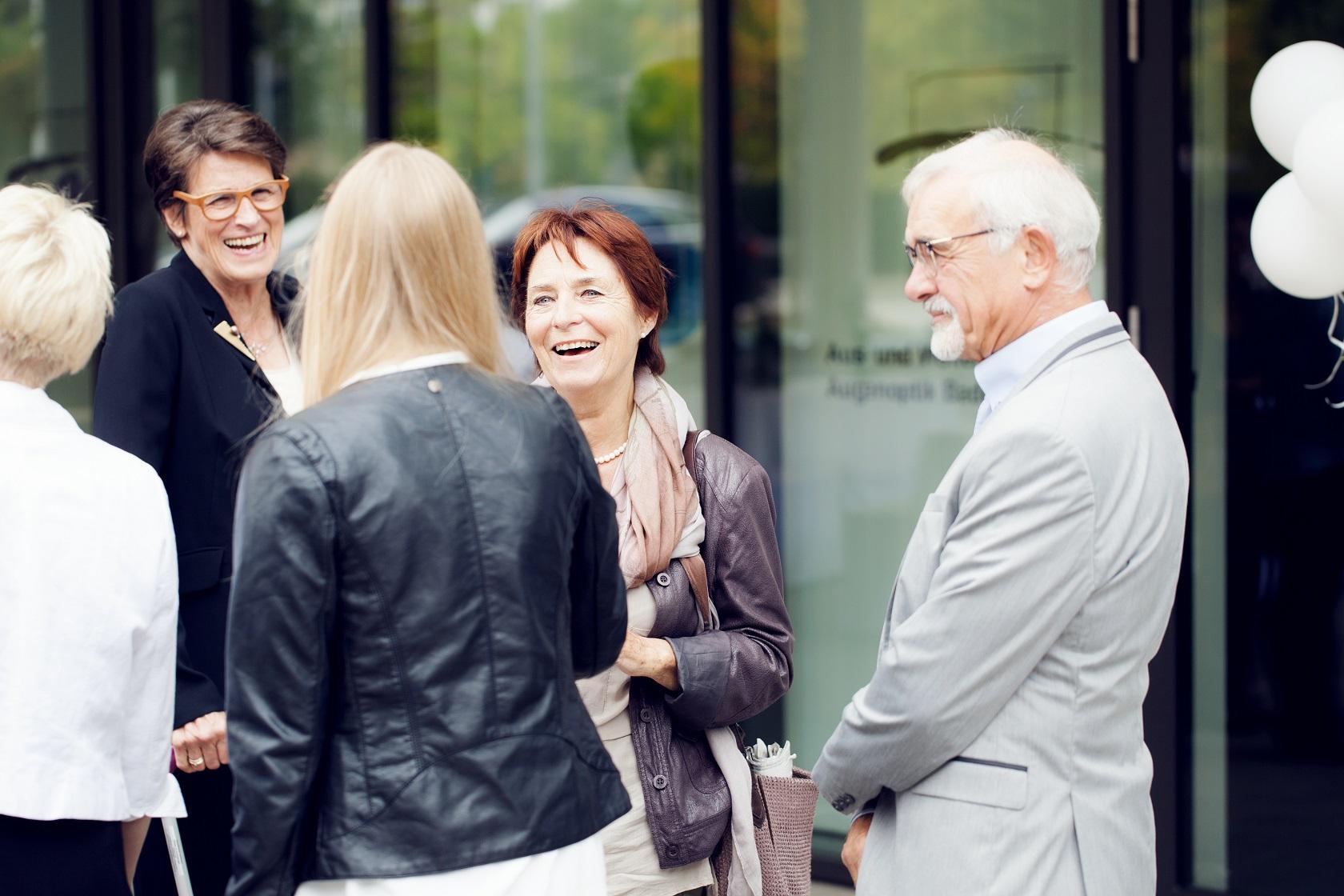 Feierliche Eröffnung Gespräche im Außenbereich