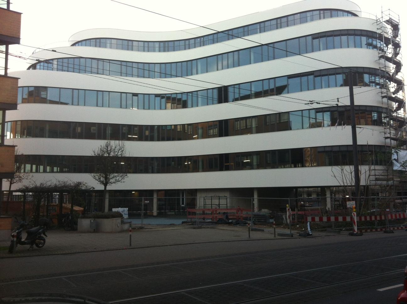 Das Synus-Gebäude im Bau - Außenansicht