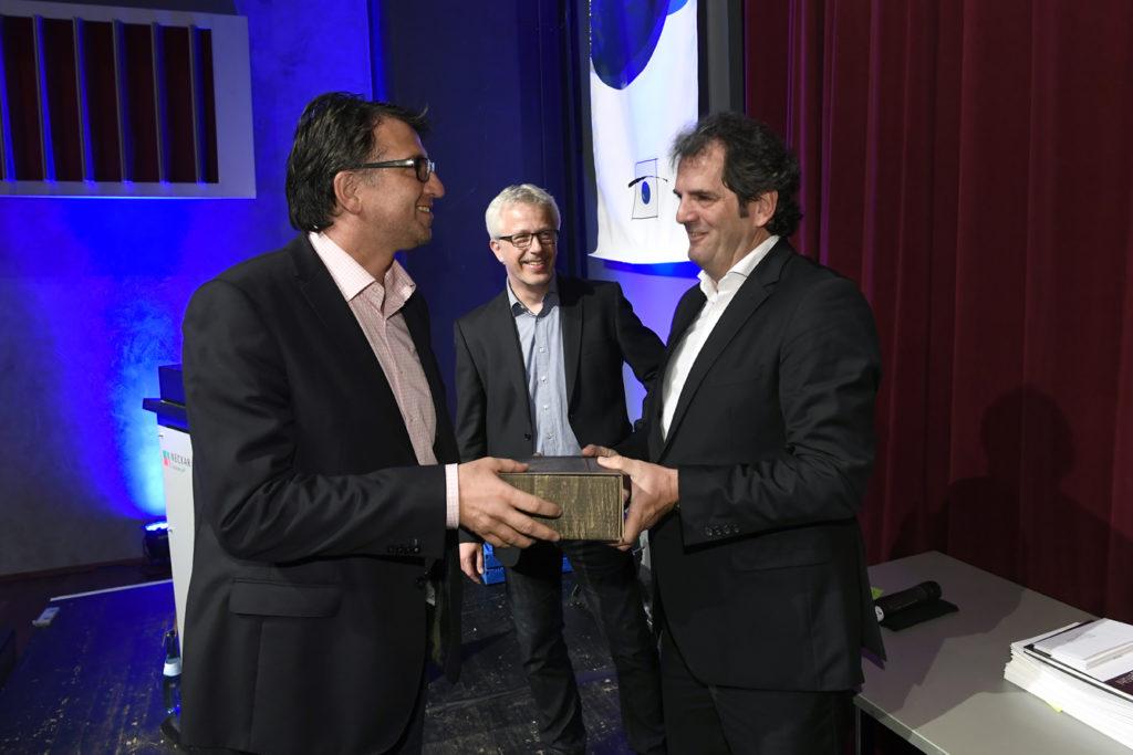 Freisprechungsfeier Leonberg 2017 Peter Kupczyk übergibt Frank Weidner ein Weinpräsent