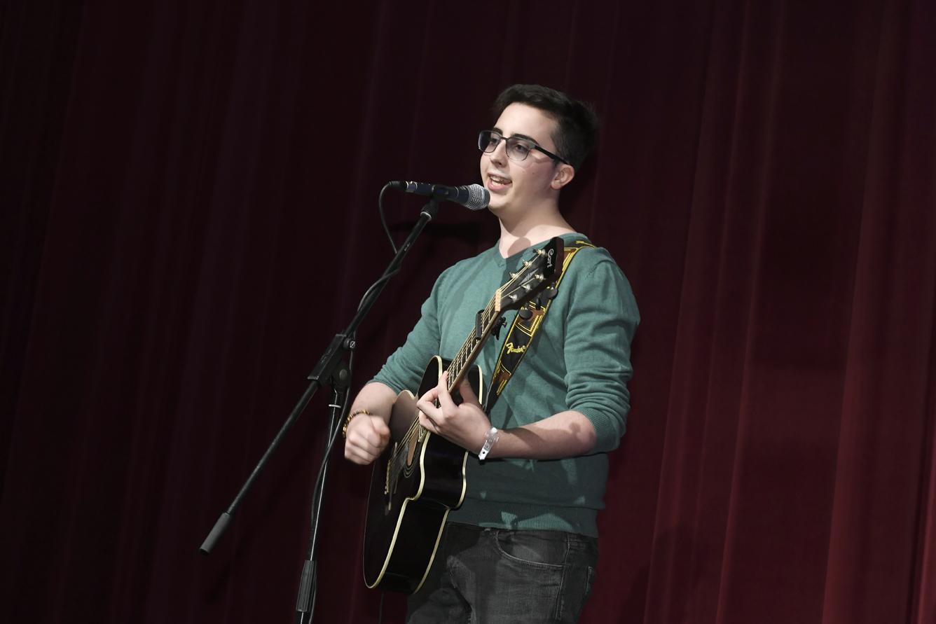 Freisprechungsfeier Leonberg 2017 Marco Pinto singt und spielt Gitarre 2