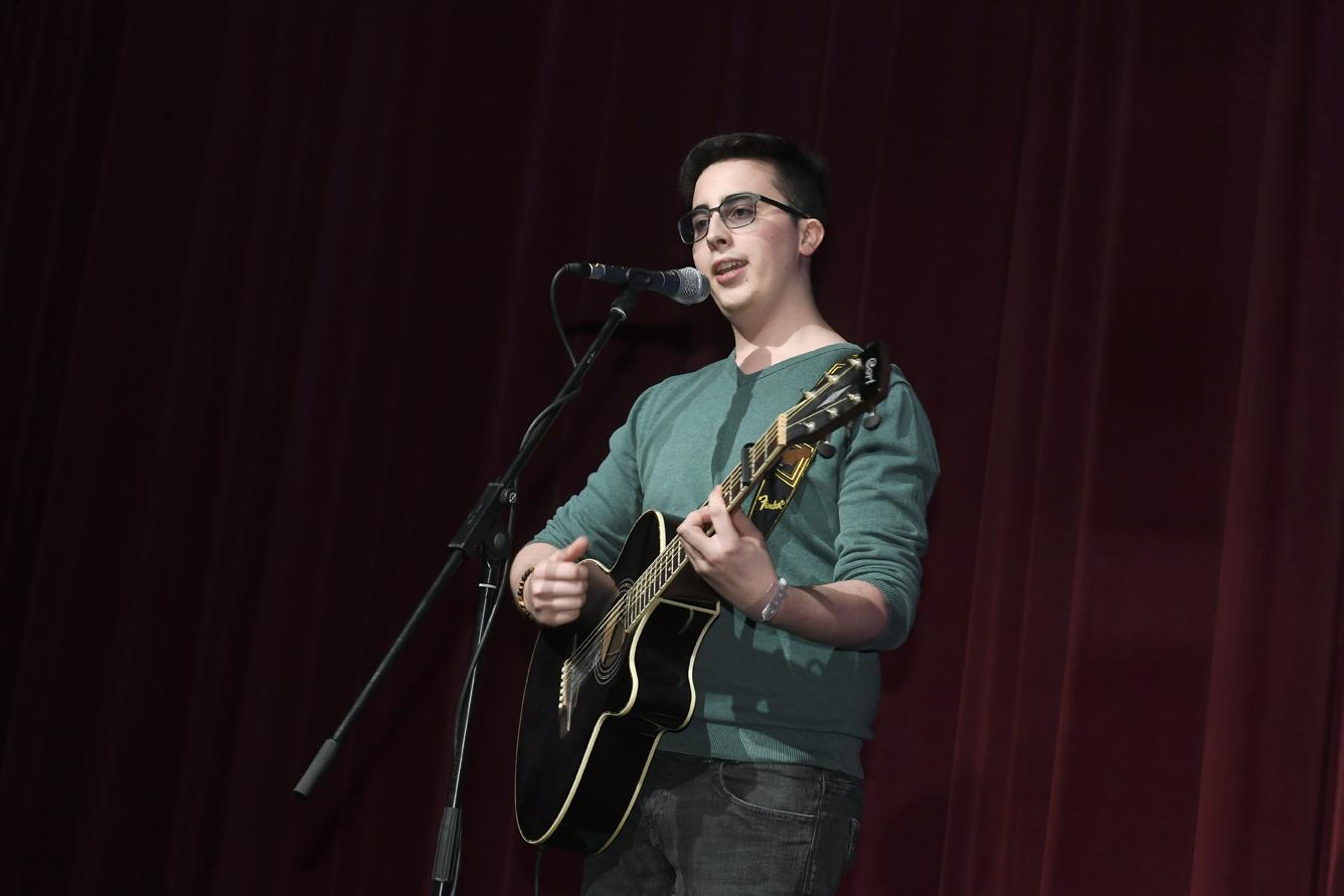 Freisprechungsfeier Leonberg 2017 Marco Pinto singt und spielt Gitarre
