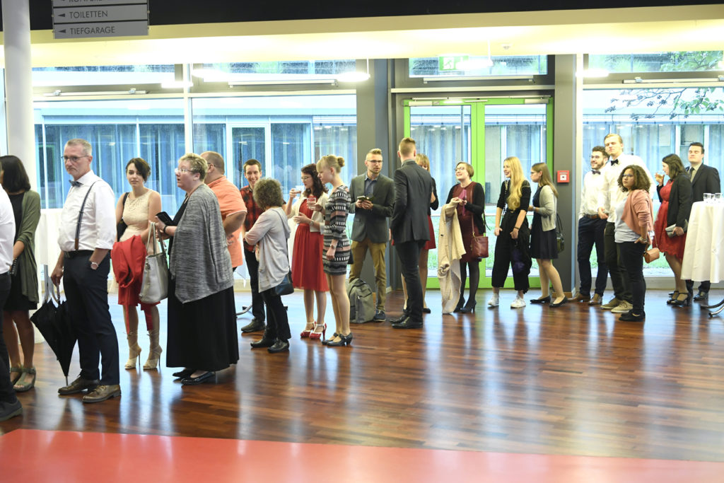 Freisprechungsfeier Leonberg 2017 Warteschlange am Einlass