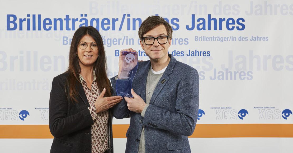 Kerstin Kruschinski (Stellvertretende Geschäftsführerin Kuratorium Gutes Sehen e.V.) und Ralph Caspers (Brillenträger des Jahres 2017) / Quelle: KGS / Peter Boettcher