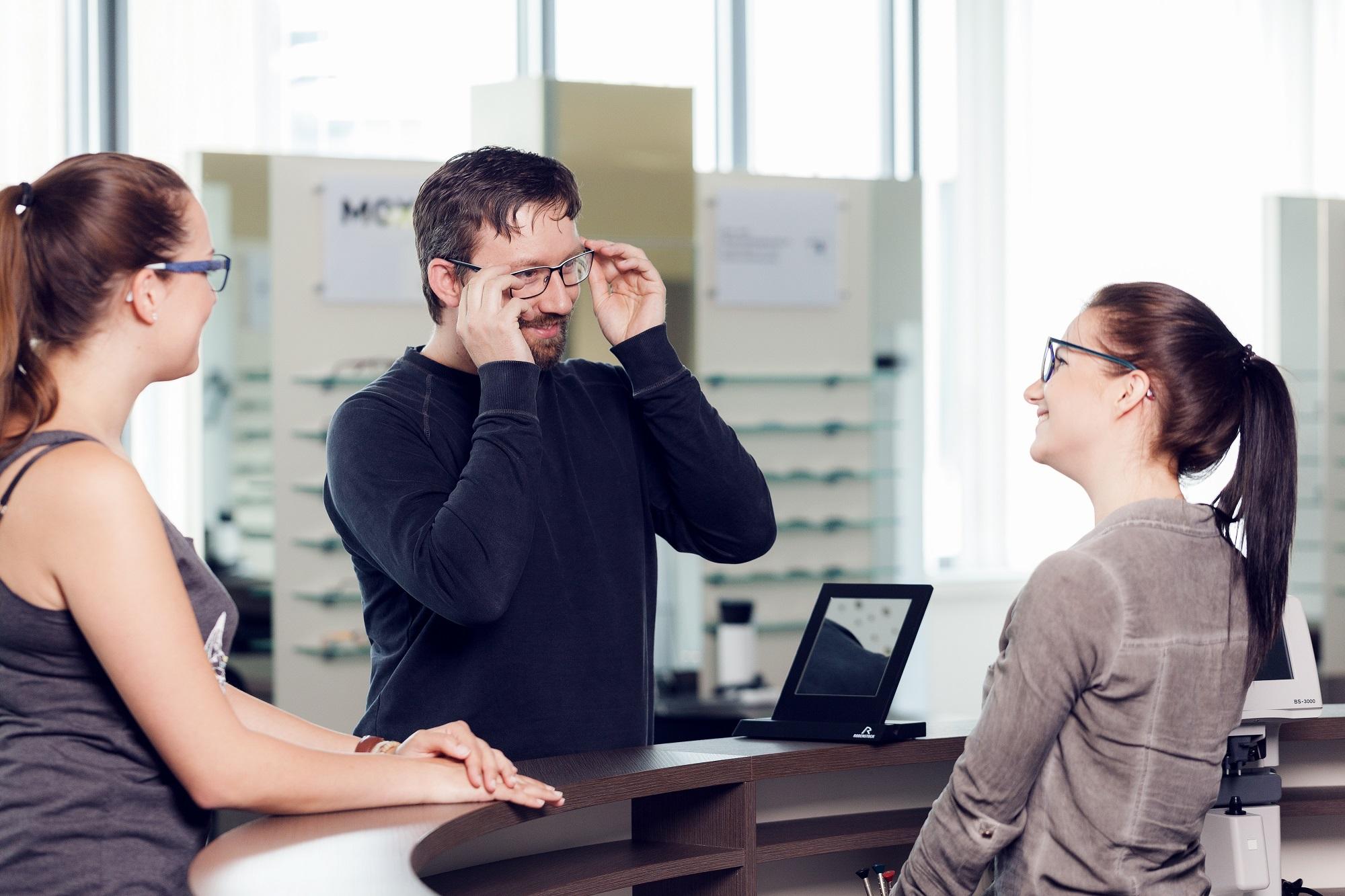 Abgabe einer Brille im Verkaufsraum