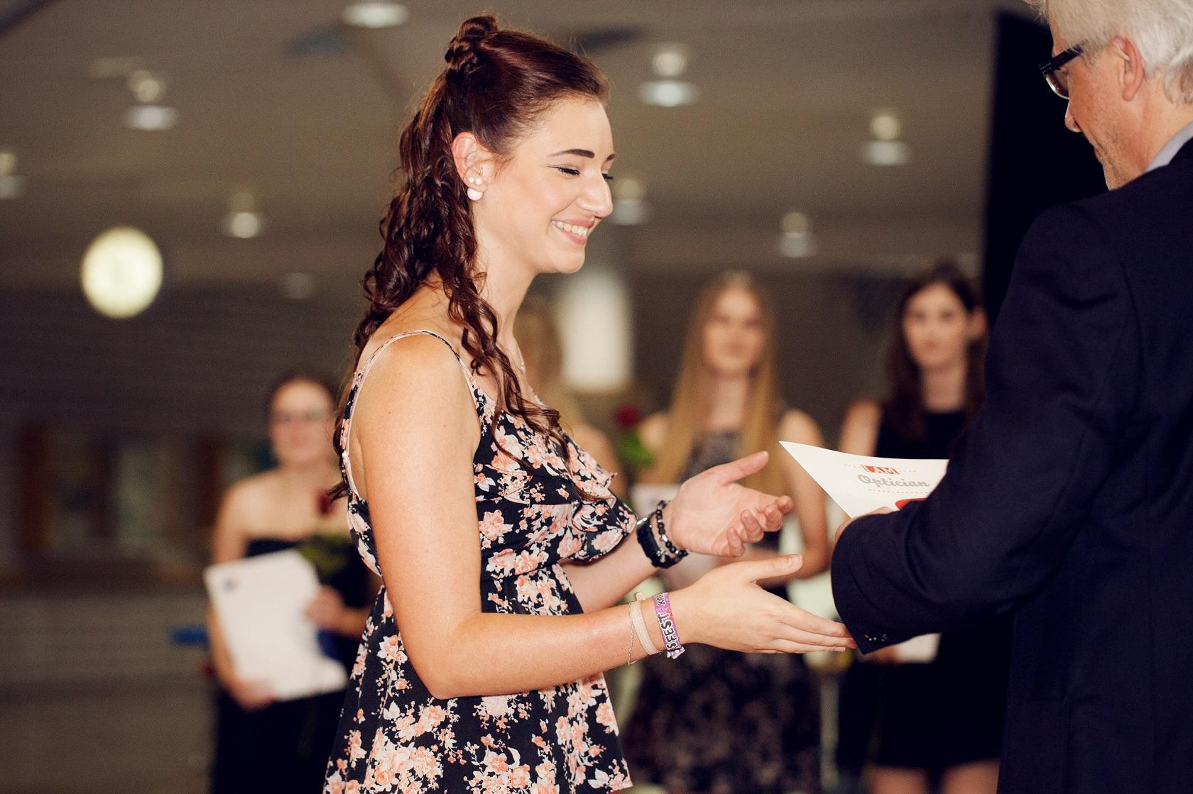 Schulabschlussfeier Bruchsal 2016 Entgegennehmen Gesellenbrief