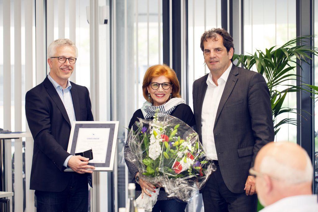 Urkunde und Goldene Ehrennadel für Gabriele Umlauf
